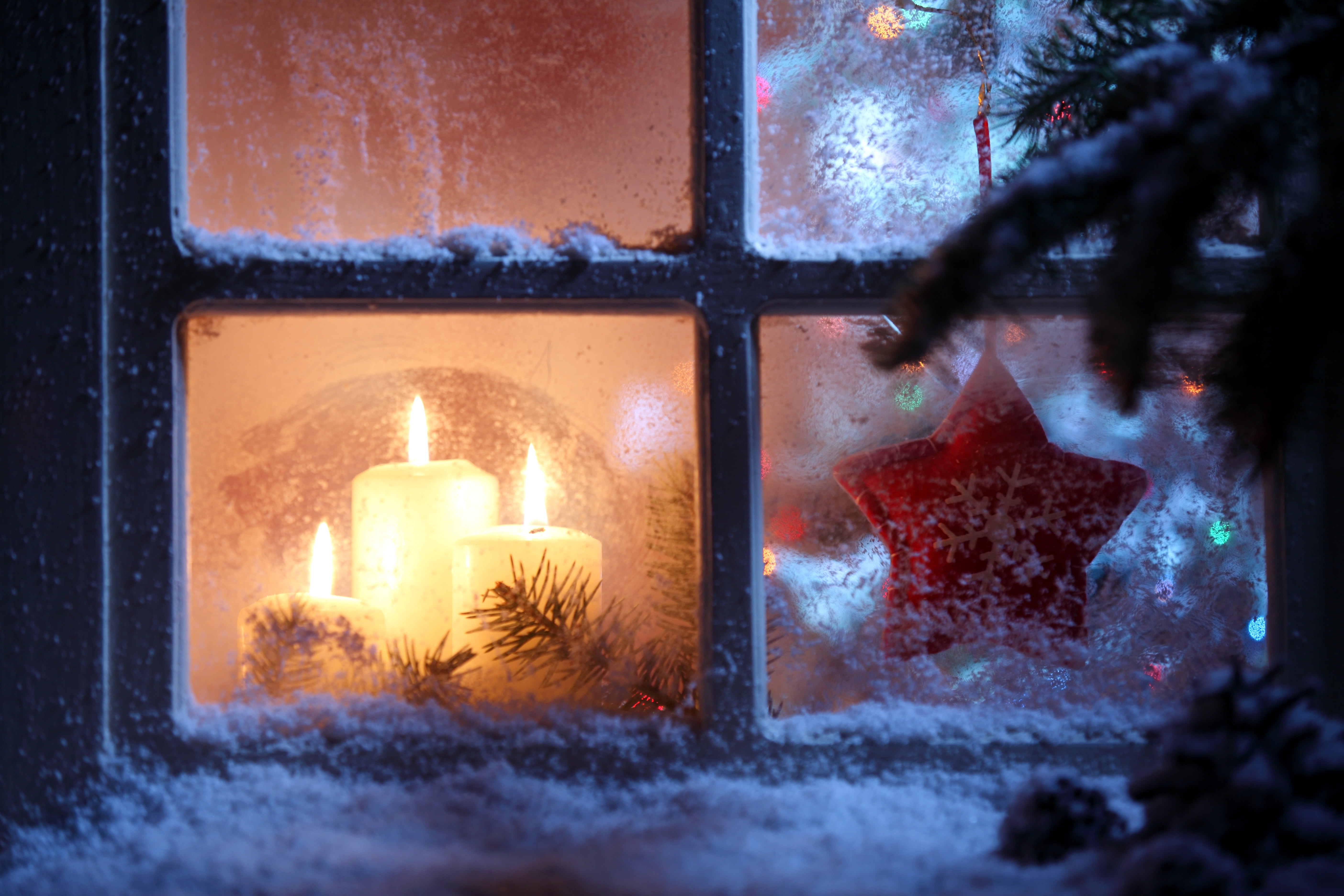 frosted-window-with-christmas-decorations