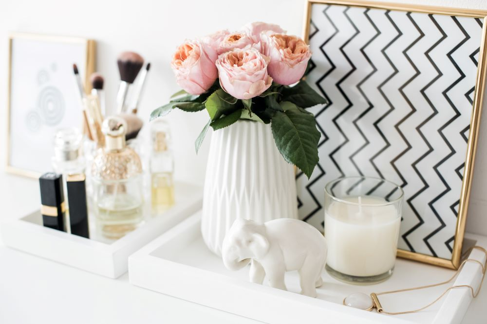 how to make your bedroom look luxurious - use decorative trays