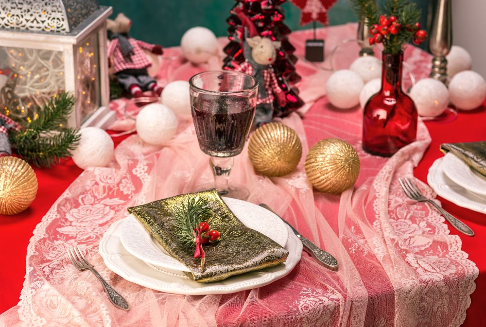 How To Decorate A Christmas Dining Table - Christmas ornament decorations