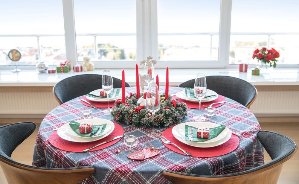 How To Decorate A Christmas Dining Table - plaid themed table
